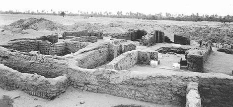The granary court in the House of Ranefer at Amarna