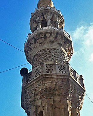A closer view of the upper part of the minaret