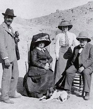 Howard Carter, an unidentified woman stand next to Maspero and his wife. The photograph was taken by Lord Carnarvon himself, but shows the rather fancy dress of visitors to the excavations.