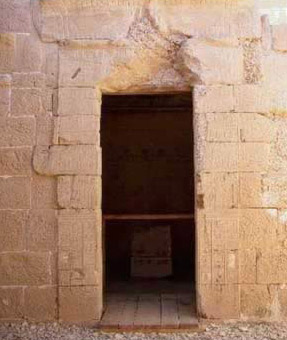 Doorway to the Sanctuary of the Temple of Deir el-Hagar (Copyright Alain Guilleux Une promenade en Egypte)