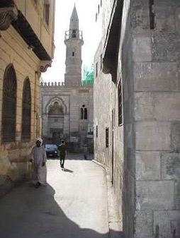 the narrow Azhari ally leading to Harat El Madarsa. At the far end is Al-Ayini Mosque