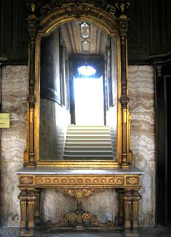 The huge mirror in the entrance to the palace