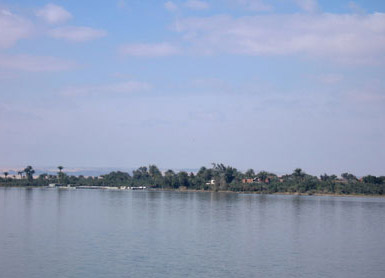 Along parts of the lake there is lush vegitation, while other shores are only desert sand