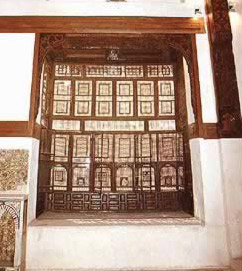 The Mandara wooden screen seen from the inside of the hall.