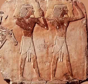 Men delivering products of Punt