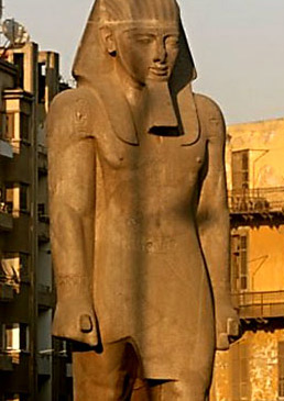 A closeup of the statue in its traditional location in Ramses Square