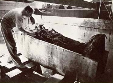 Carter removes the shroud from the second coffin of Kink Tut