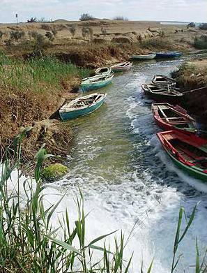 The canal between the two lakes at Wadi el Rayan in the Fayoum
